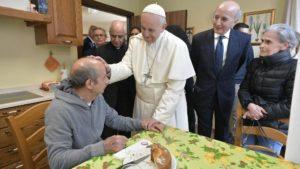 Papa visita doentes com Alzheimer na periferia de Roma