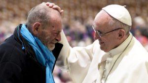 Papa: estender a mão ao pobre requer treino diário