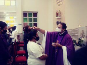 Fiéis celebram Quarta-feira de Cinzas respeitando o distanciamento social